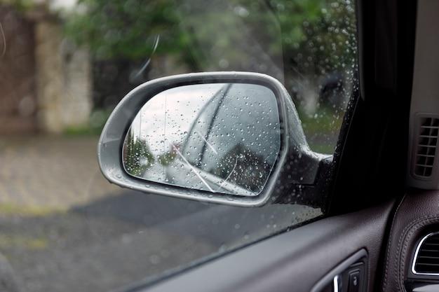 Espelho retrovisor lateral em um carro.