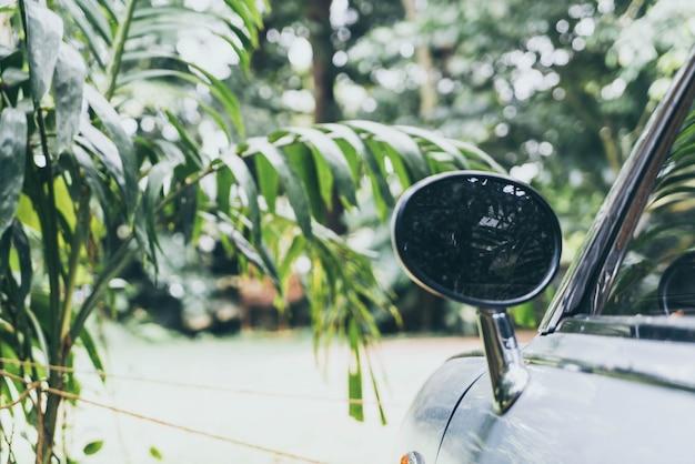 Espelho retrovisor lateral no carro clássico vintage