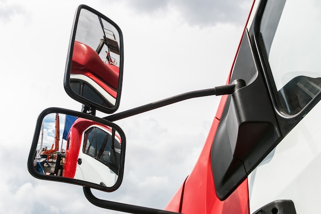 Espelho retrovisor no caminhão