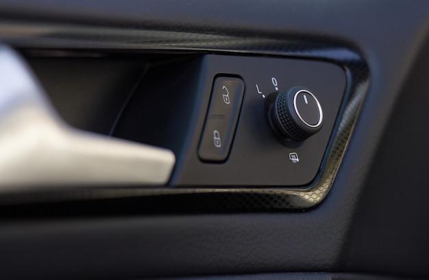 Espelhos retrovisores e controle de travamento central em um carro novo e moderno