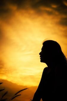 Esperança abstrata com mulheres de silhueta