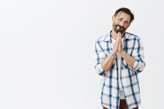 Esperançoso homem barbudo maduro posando