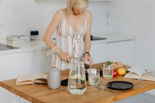Esperando mãe preparando comida na cozinha