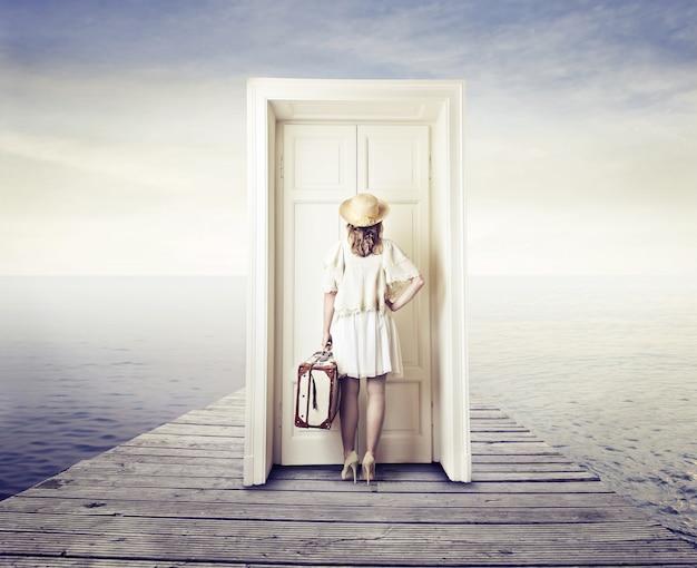 Esperando na frente de uma porta