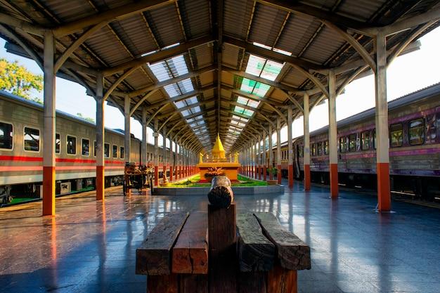 Esperando para pegar o trem na estação de chiang mai