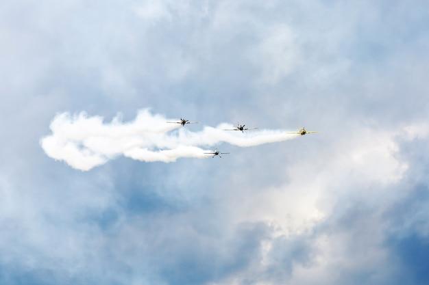 Espetáculo aéreo, pequenos aviões permitiam fumaça no ar mostrando acrobacias aéreas