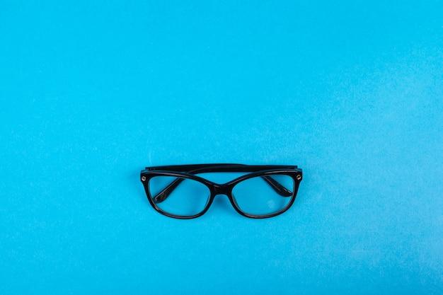 Espetáculos elegantes modernos isolados. reflexão perfeita, óculos