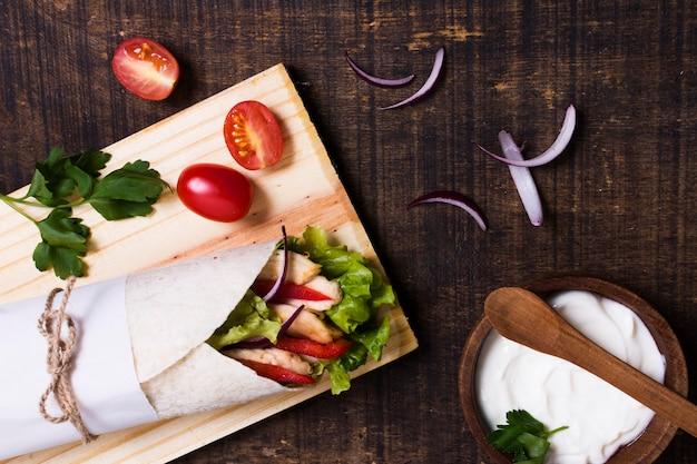 Espetada de carne cozida com vegetais e tomates