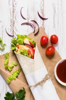 Espetada de carne cozida e vegetais embrulhados em papel
