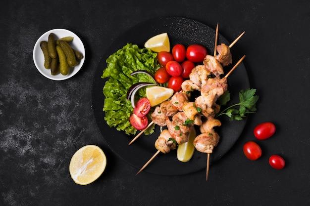 Espetada de carne e vegetais cozidos e picles