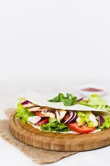 Espetada de carne e vegetais cozidos
