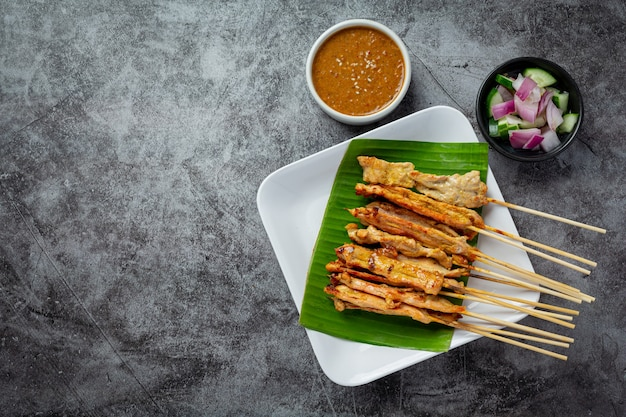 Espetada de porco com molho de amendoim ou molho agridoce, comida tailandesa