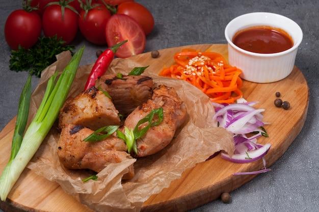 Espetada de porco com molho de tomate e cebolinha