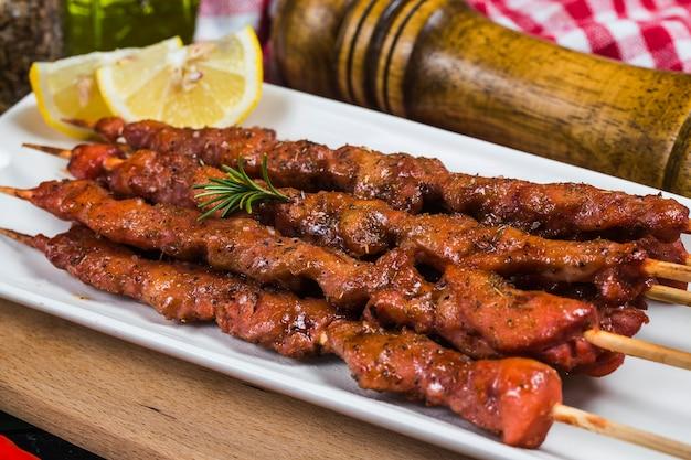 Espetada espetada shashlik com molho vermelho