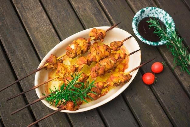 Espetadas de carne com potherbs na mesa
