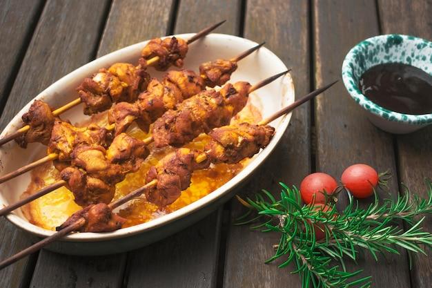 Espetadas de carne delicioso servido na mesa