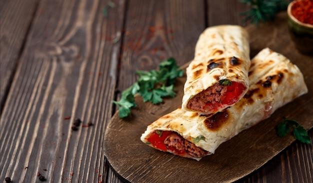 Espetadas de durum com tomate no pão árabe com legumes e especiarias