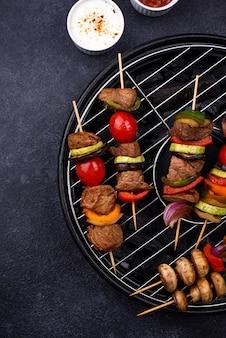 Espetadas grelhadas com cogumelos de carne e vegetais