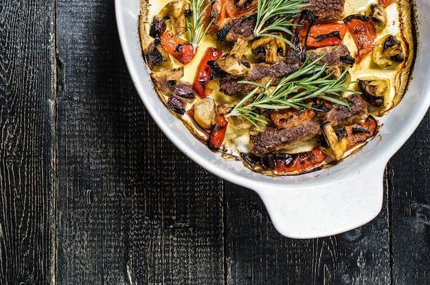 Espetinho de carne com enfeite de champignon, pimentão e milho