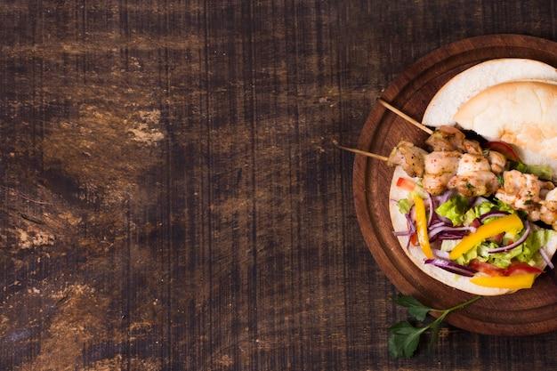 Espetinho de carne cozida e vegetais no espeto copie o espaço