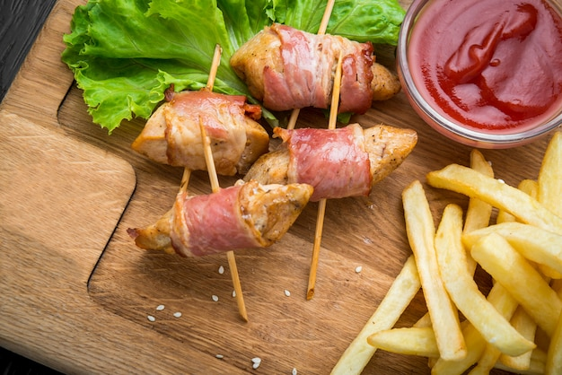 Espetinho de carne de veado e rasher de bacon crocante