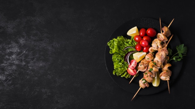 Espetinho de carne e vegetais cozidos copiar espaço