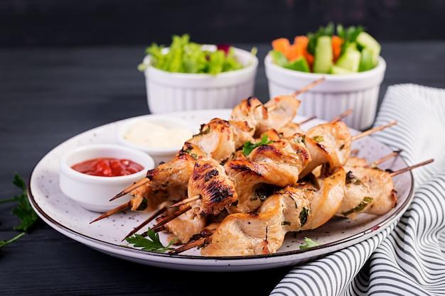 Espetinho de frango com legumes frescos