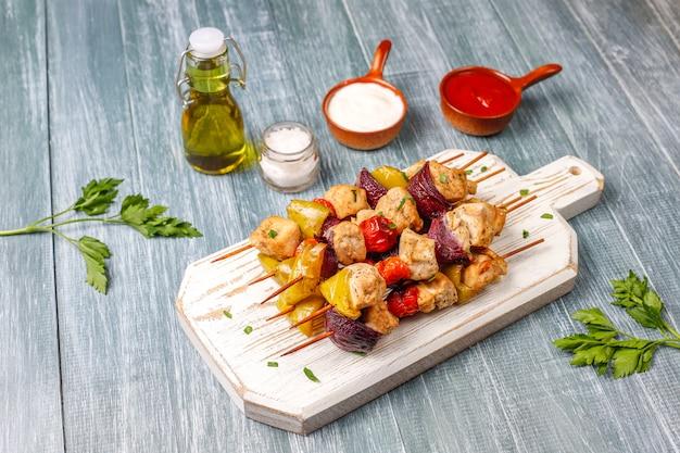 Espetinho de frango com legumes, ketchup, maionese
