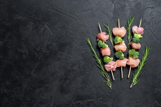 Espetinho de frango cru com brócolis