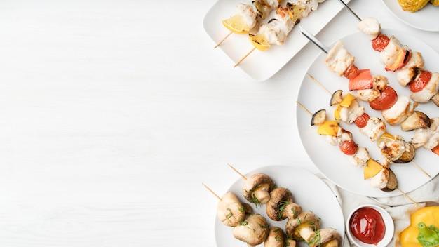 Espetinho de frango grelhado e espetos de legumes