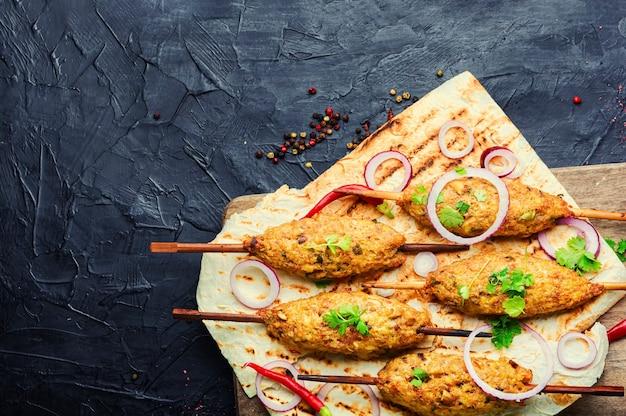 Espetinho de lula tradicional no espeto de madeira. prato de cordeiro. cozinha oriental