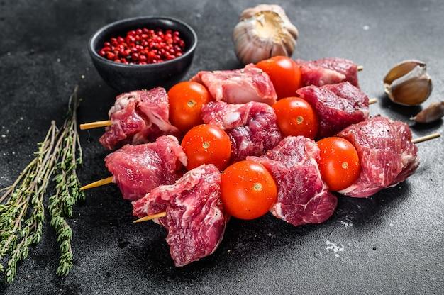 Espetinhos de carne de porco crua