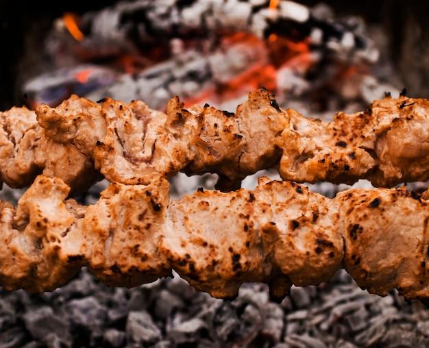 Espetinhos de carne na grelha