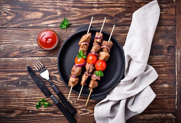 Espetinhos de shish kebab grelhados com tomates