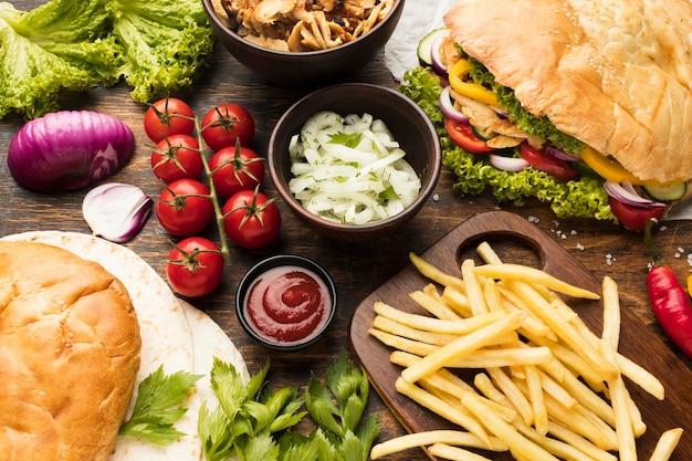 Espetinhos deliciosos com batatas fritas e ketchup em ângulo alto