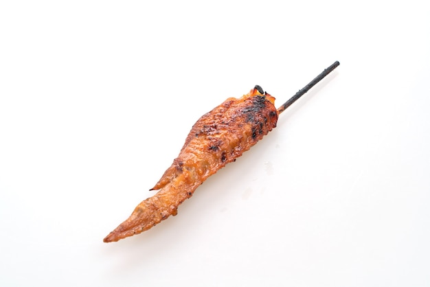 Espeto de asa de frango grelhado isolado