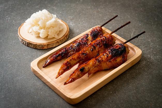 Espeto de asas de frango grelhado ou churrasco com arroz pegajoso