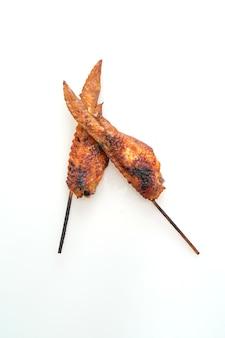 Espeto de asas de frango grelhado ou churrasco isolado