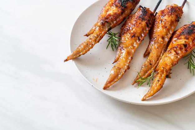 Espeto de asas de frango grelhado ou churrasco no prato