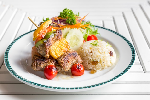 Espeto de carne grelhada com arroz