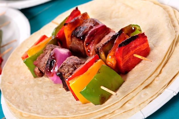 Espeto de churrasco com carne e vegetais