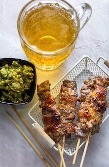 Espeto de churrasco de carne com cerveja