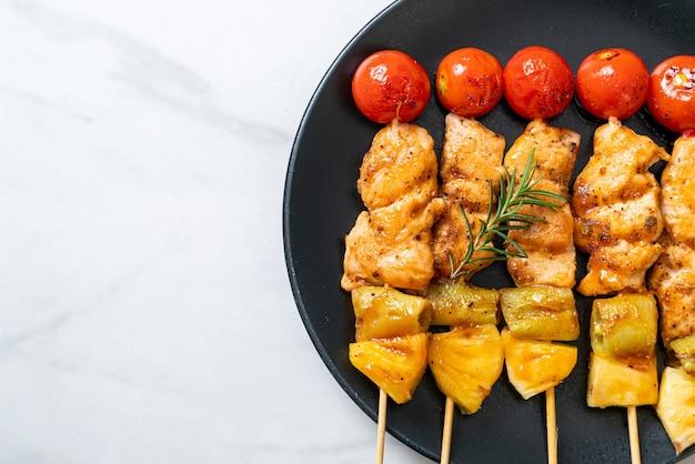 Espeto de churrasco de frango grelhado no prato