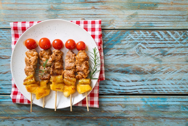 Espeto de churrasco de porco grelhado no prato