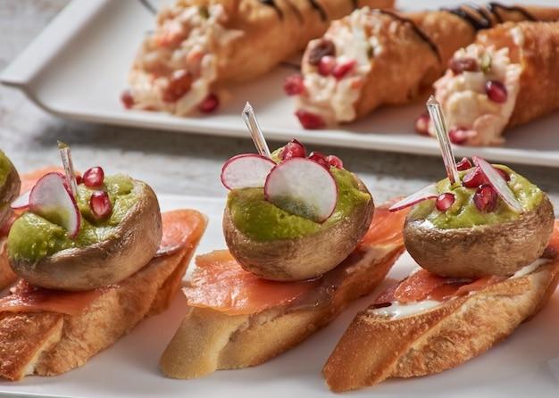 Espeto de cogumelos com molho de salmão e vegetais verdes