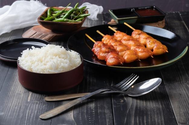Espeto de frango grelhado e arroz cozido no vapor