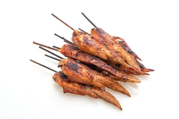 Espetos de asa de frango grelhados isolados