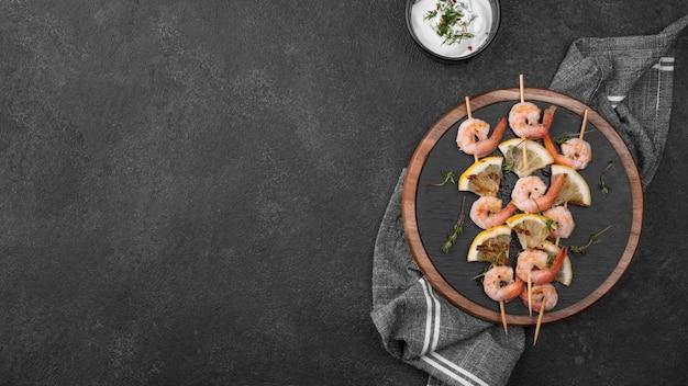 Espetos de camarão com frutos do mar frescos copiam espaço