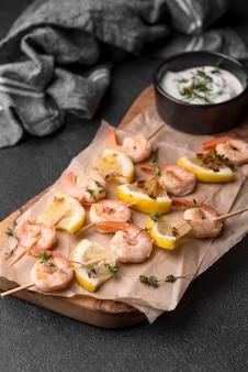 Espetos de camarão de frutos do mar com molho