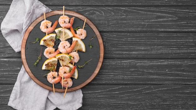 Espetos de camarão e frutos do mar copiam espaço
